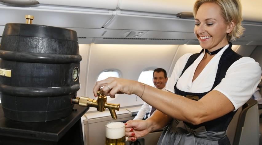 Lufthansa-stewardess in dirndl