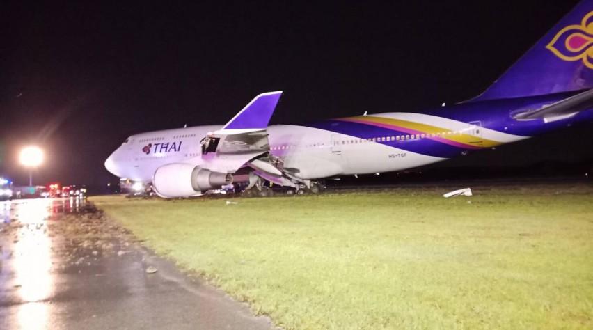 Thai Boeing 747 in het gras
