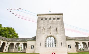 Flypast Red Arrows VE-day